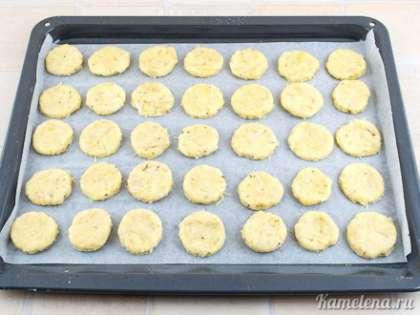 Выложить заготовки на противень, застеленный пекарской бумагой. Поставить в разогретую до 180 градусов духовку. Выпекать  примерно 20-25 минут.