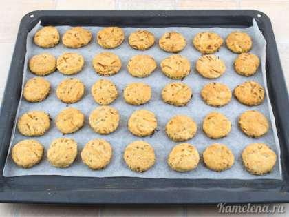 Готовое печенье получается приятного светло-коричневого цвета.
