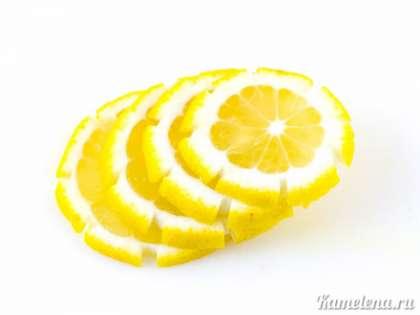 На лимоне ножом также сделать бороздки, вырезав, таким образом, часть шкурки (я использовала обычный нож). Затем лимон порезать тонкими кружочками.