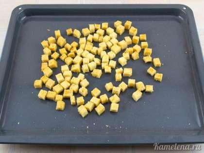 Поставить в разогретую до 150 градусов духовку. Готовить 20-40 минут, до легкой золотистости. Готовые сухарики остудить.