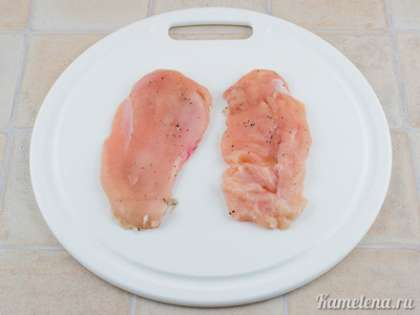 Куриное филе разрезать вдоль на два тонких пласта. Посолить, поперчить.