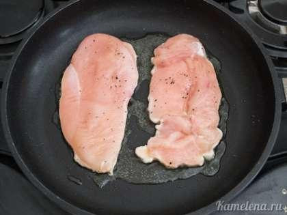 На сковороде разогреть примерно ложку оливкового масла. Выложить филе, жарить на среднем огне 4-5 минут.