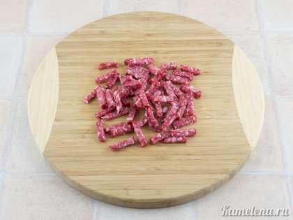 Колбасу порезать небольшими брусочками.