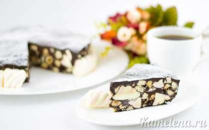 Готовый торт вытащить за пленку из формы, переложить на тарелку. Посыпать сахарной пудрой и украсить по своему вкусу.