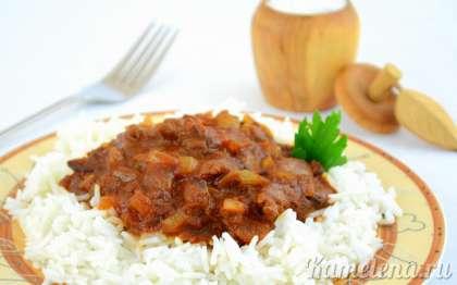 Печень в пикантном соусе отлично подойдет к рису, картофелю и другим гарнирам.