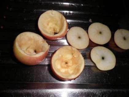 С яблок срезать верх и вынуть мякоть и семечки