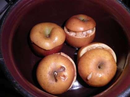 Яблоки положить в кастрюльку, добавить воды и запечь в духовке