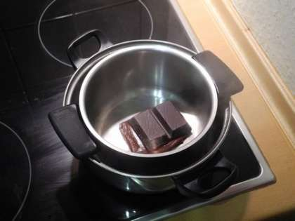 3/4 шоколада растопить на водяной бане.