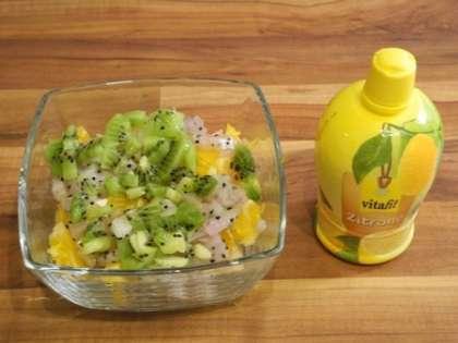 К фруктам добавить сок лимона и перемешать