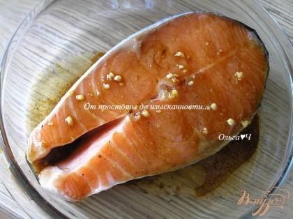 Смешать все ингредиенты для заправки-маринада кроме горчицы. В половине приготовленной смеси замариновать лосося на 20 минут.