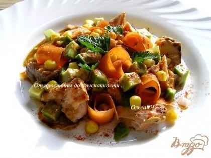 Готово! Полить салат заправкой, посыпать паприкой, украсить петрушкой и подавать. Приятного аппетита! :)
