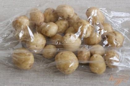 Картофель тщательно промыть щеткой, высушить полотенцем. Поместить в рукав для запекания.