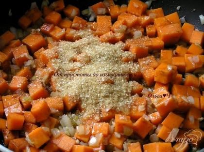 Добавить тыкву, нарезанную кубиками, немного обжарить, всыпать сахар, корицу и мускатный орех, перемешать.