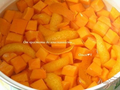Тыкву очистить от кожуры и семечек, нарезать небольшими кусочками, выложить в кастрюлю. Добавить цедру апельсина, снятую с помощью овощечистки.