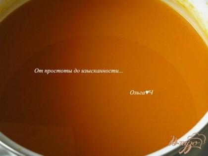 Из апельсина выжать сок, добавить к тыквенному отвару, всыпать сахар и лимонную кислоту, перемешать, остудить и подавать.