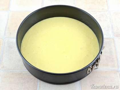 Перелить тесто в смазанную маслом форму (у меня форма 22 см диаметром).