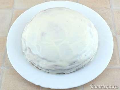 Таким образом собрать весь торт. Промазать сметаной верхний корж и бока торта. Поставить в холодильник на 4-5 часов или на ночь.