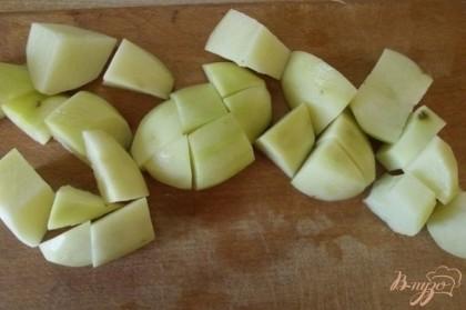 Картофель очистите и нарежьте как обычно в суп, не крупно.