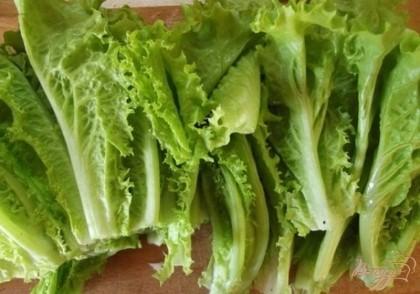 Для борща подойдут как молодые листики, так и старый салат. При этом изменится только время их приготовления. Салата должно быть много, не менее двух больших пучков. Заменять его ничем нельзя.