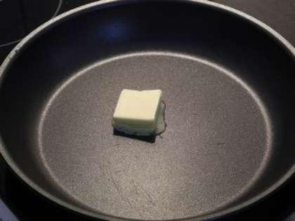 На сковороде растопить сливочное масло