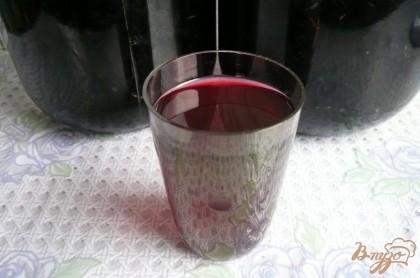 Готово! Через указанное время достаем банки, процеживаем настойку от ягод и переливаем в удобные бутылки. Настойка из черноплодной рябины готова, она отлично согреет зимой и даже поднимет настроение. (На фото готового продукта прошлогодняя настоечка, фотография, к сожалению, не передает красивый цвет напитка). Очень хорошо добавить ложечку такой настойки в чай, сразу получается ароматный и согревающий напиток.