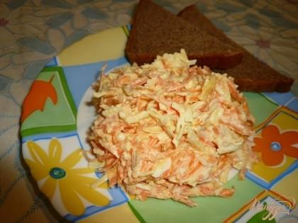 Готово! Раскладываем по порционным тарелкам, подаем с черным хлебом. Очень сытный салатик получается.