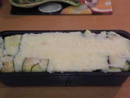 Выложить слой картофеля и загнуть к центру выступающие края овощей
