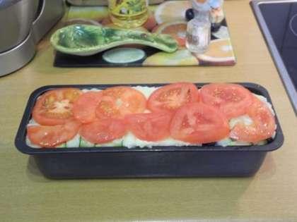 Выложить ровным слоем оставшиеся помидоры.Выпекать в духовке 25 минут при температуре 180 градусов