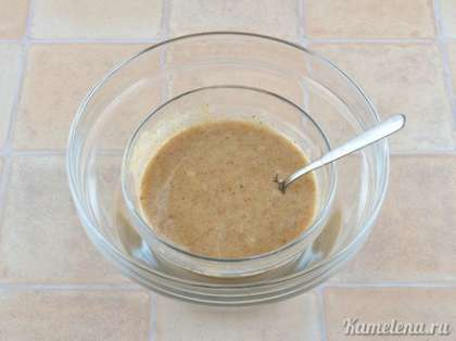 Получившуюся мягкую массу положить в небольшую емкость, которую поставить в бóльшую емкость с теплой водой. Хорошо перемешивать миндальную массу, пока в ней полностью не растворится сахар.