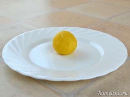 Отделяя от теста кусочек теста, скатать в руках шарик (диаметром примерно 2см). На этом моменте можно остановиться и оставить печенье шарообразной формы.