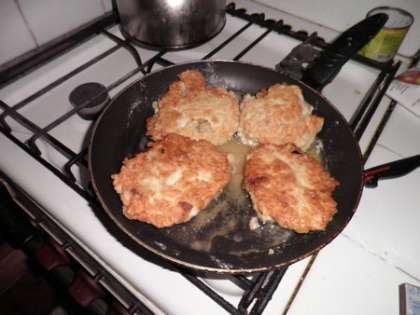 Обжарить на сковороде с двух сторон