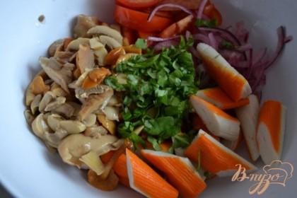 Выложить все в салатник , заправить маслом.Соль и черный перец по вкусу.