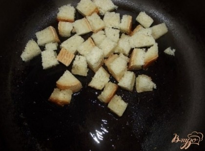 Такие овощи годятся только на суп, поскольку в другом виде уже будут горчить. Приготовьте из пшеничного хлеба острые гренки. Для этого белый плотный хлеб (хорошо подходит батон) нарежьте мелкими кубиками и обваляйте в соусе. Соус сделайте следующим образом. В хорошо нагретое (но не бурлящее) растительное масло всыпьте чайную ложку красного перца и столовую ложку мелко рубленного чеснока. перетрите все и окуните туда на пару секунд. После этого масло вылейте на хорошо разогретую сковородку и обжарьте на нем гренки.