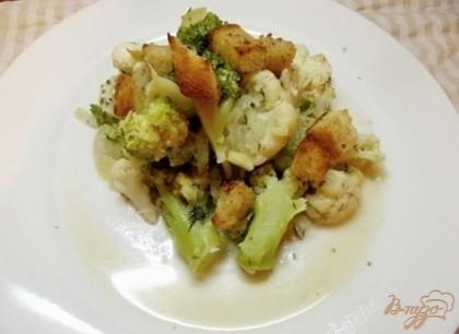 Готово! Подавайте овощи горячими в качестве гарнира, смешав их с гренками. Кушайте на здоровье! =)