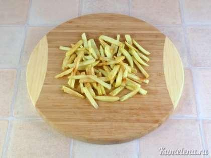 Яблоко очистить от кожуры, порезать тонкой соломкой.