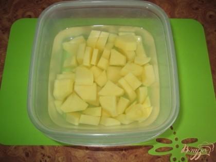 Почистить и порезать кубиками картофель.