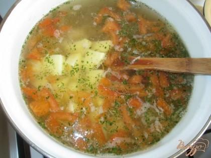 Положить картофель в кастрюлю и добавить черный молотый перец, зелень укропа и петрушки и посолить по вкусу.