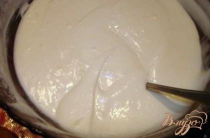 Сверху на зефир наносим взбитые сливки с сахаром или ванильный крем. Если готовите так как я, то просто приготовьте крем по инструкции, но количество молока берите не 250, а 200 мл. Крем будет гуще.