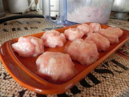 Мясо измельчить, добавить соль и яйцо сырое куриное. Перемешать. Сформовать фрикадельки.