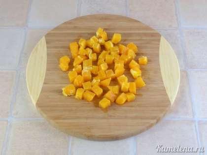 Апельсин очистить от кожуры, порезать кубиками.