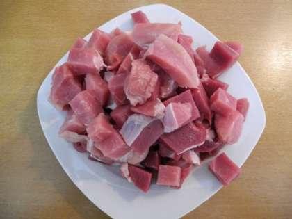 Мясо нарезать квадратиками
