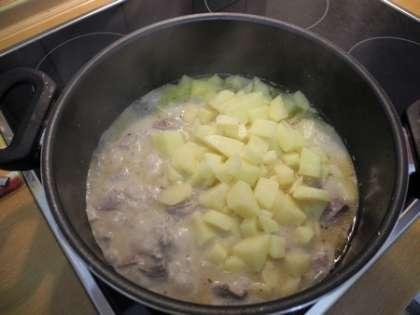 Добавить картофель в кастрюлю