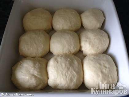 Разогреваем духовку до 200 С, а это время пусть булочки постоят под полотенцем.
