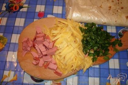 Блюдо готовится легко и просто. Отлично для завтрака, перекуса. Оно вкусное даже холодным и на второй день. А теперь давайте его приготовим. Твердый сыр натереть на крупной терке. При покупке сыра берите сыр более твердых сортов. Я для себя открыла новый сыр Янбур. Он вкусный. Консистенция - плотность типа Пармезана, а вот вкус привычного Голландского.