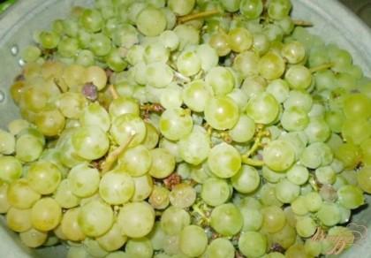 Перед этим нужно простерилизовать баночки или бутыля, крышки проварить. Виноград хорошенько вымыть от пыли. Порченный и гнилые ягоды выбросить. Для сока нужны только свежие и хорошие ягоды.