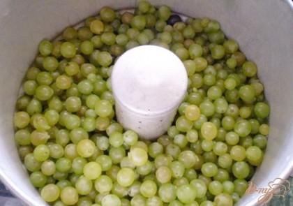 Подготовить соковарку. Для хозяюшек у которых она есть, писать не буду, а вот для начинающих скажу, в первую кастрюлю нужно налить воды до указанной метки, поставить следующую кастрюлю - она служит для сбора сока, и сверху поставить последнюю кастрюлю в которую и нужно высыпать виноградные ягоды. Накрываем плотно крышкой. Включаем огонь. Доводим воду до кипения, вы услышите когда она закипит. И варим сок. Спустя какое-то время вы увидите, что сок начинает капать из трубочки.
