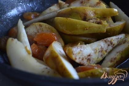 Выложить в сковороду с оливковым маслом, добавить сушеные абрикосы, пряности, сок и цедру половины лимона. Накрыть крышкой и потушить до размягчения груш.