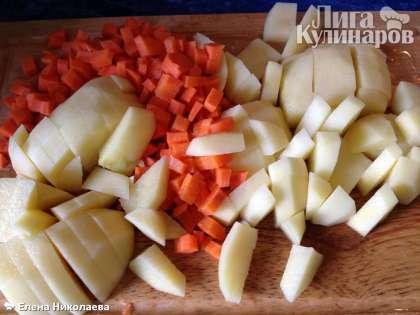 Варим бульон 15-20 минут, в зависимости от величины кусков рыбы, а в это время чистим овощи и нарезаем кубиками филе семги.