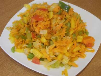 Выложить обжаренные овощи на тарелку
