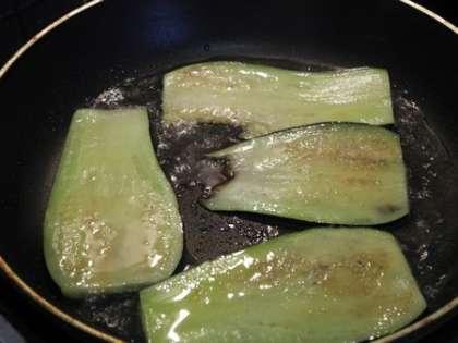 Обжарить баклажаны на подсолнечном масле с солью